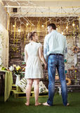 Mari et épouse se tenant dans le salon d'une maison de campagne Photo libre de droits