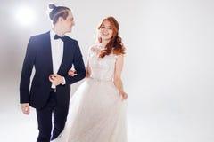 Mari et épouse souriant à l'un l'autre Jeunes couples positifs Les couples dans le studio un fond clair Photographie stock libre de droits