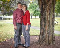 Mari et épouse sous un arbre images stock