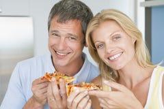 Mari et épouse mangeant de la pizza Images libres de droits