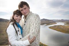 Mari et épouse étreignant sur une montagne Photos stock