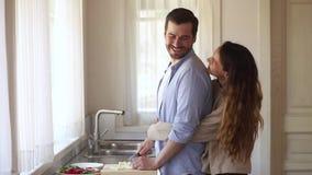 Mari faisant cuire préparant la salade saine pour l'épouse heureuse à la maison banque de vidéos