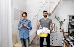 Mari faisant le lavage dans sa maison Images libres de droits