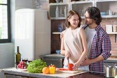 Mari gai et épouse préparant le dîner romantique Photo libre de droits