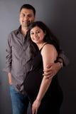Mari heureux d'Indien est avec son épouse enceinte Image stock