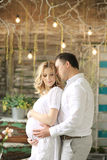 Mari heureux et épouse enceinte dans un café tendrement étreignant et tenant le ventre photo libre de droits