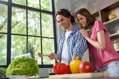 Mari heureux et épouse faisant cuire à la maison Photo stock