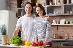 Mari heureux et épouse faisant cuire des légumes Image stock