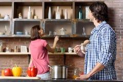 Mari heureux et épouse préparant le dîner Photographie stock