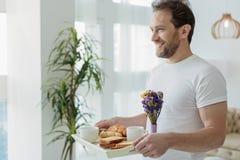 Mari joyeux apportant la nourriture romantique pour enfoncer Image stock