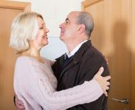 Mari mûr de réunion d'épouse près de porte Image libre de droits