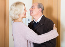 Mari mûr de réunion d'épouse près de porte Images stock