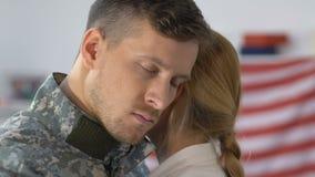 Mari militaire triste étreignant l'amie, regardant in camera le plan rapproché, adieu banque de vidéos