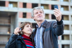 Mari satisfaisant et épouse mûrs rendant la photo avec la clé de maison disponible Image libre de droits