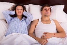 Mari snorring de observation de femme éveillée la nuit Images libres de droits