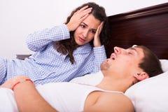 Mari snorring de observation de femme éveillée la nuit Photo stock
