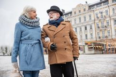 Mari supérieur joyeux et épouse de h appréciant la promenade sur la rue Photographie stock libre de droits