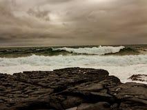 Mari tempestosi fuori dalla costa ovest dell'Irlanda fotografia stock libera da diritti