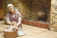 Maria baña al bebé Jesús Fotos de archivo libres de regalías