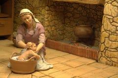 Maria bagna il bambino Gesù Fotografia Stock Libera da Diritti