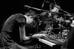 Maria Coma (pianist, componist en songwriter die in Catalaan) zingt presteert op Centrum Artesa Tradicionarius Stock Afbeelding