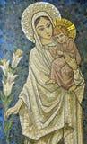 Maria con el bebé Jesús en su mosaico del brazo fotos de archivo