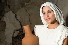 Maria con la brocca del vino fotografie stock