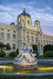 maria fyrkantiga theresa vienna Museum av naturhistoria i Wien Art History Museum i Wien och springbrunnen royaltyfri bild