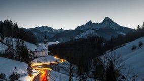 Maria Gern y el Watzmann en la oscuridad, Berchtesgaden, Alemania Fotos de archivo libres de regalías