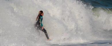 Maria Pessanha en vague déferlante pro 2010 de Nazare Images libres de droits