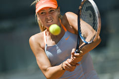 Maria Sharapova en la acción durante el tenis de Madrid Mutua abierto Imágenes de archivo libres de regalías