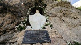 Maria statua na skały ścianie zbiory