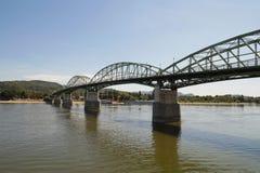 Maria Valeria Bridge på Donauen i Sturovo och Esztergom på t royaltyfri foto
