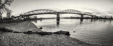 Maria Valeria-brug van Esztergom aan kleurloze Sturovo, royalty-vrije stock foto's