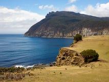 Maria wyspy nabrzeżny widok nad skamieniałymi falezami kształtuje teren widok Obrazy Stock