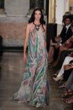 Mariacarla Boscono modèle marche la piste à l'exposition d'Emilio Pucci en tant que partie de Milan Fashion Week Photo stock