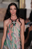 Mariacarla Boscono modèle marche la piste à l'exposition d'Emilio Pucci en tant que partie de Milan Fashion Week Photographie stock