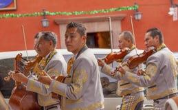 Mariachi соединяет игроков Jardin San Miguel de Альенде Мексики скрипки Стоковое Изображение RF