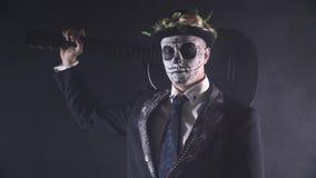 Mariachi met de gitaar op zijn schouder in Santa Muerte Carnaval, 4k stock footage