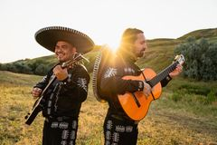 Mariachi mexicano dos músicos imagens de stock royalty free