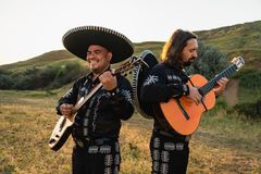 Mariachi mexicano dos músicos foto de stock