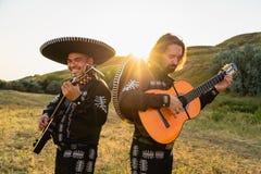 Mariachi mexicano dos músicos imagem de stock royalty free
