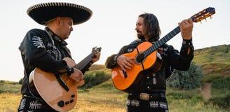 Mariachi mexicano dos músicos imagem de stock