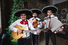 Mariachi mexicano dos músicos no estúdio fotografia de stock
