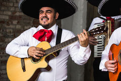 Mariachi mexicano dos músicos no estúdio foto de stock royalty free