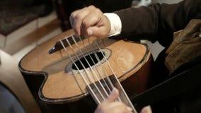 Mariachi som spelar gitarren stock video