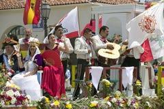 Mariachi versehen auf Paradefloss vernachlässigen während der Eröffnungstagparade State Street, Santa Barbara, CA, alte spanische Stockfotos