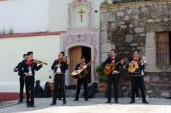 Mariachi versehen vor Kirche mit einem Band Lizenzfreie Stockbilder