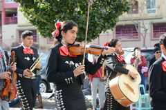 Mariachimusiker på Los Angeles det kinesiska nya året ståtar royaltyfri foto