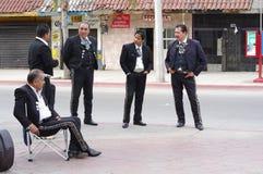 Mariachis die op een jol wachten stock foto's